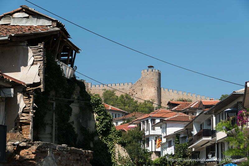 casas antiguas y fortaleza con almenas en Ohrid