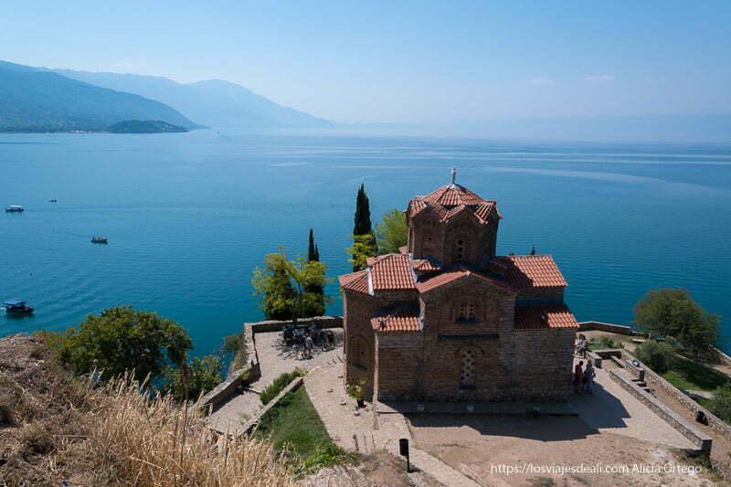 iglesia ortodoxa a orillas del lago de Ohrid de color azul intenso