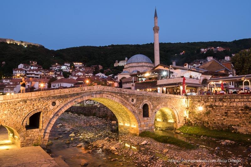 mezquita otomana y puente con tres arcos en Prizren, ciudad de Kosovo
