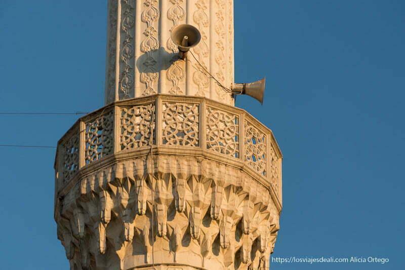 detalle de minarete al atardecer decorado y con dos megáfonos en el viaje a Albania