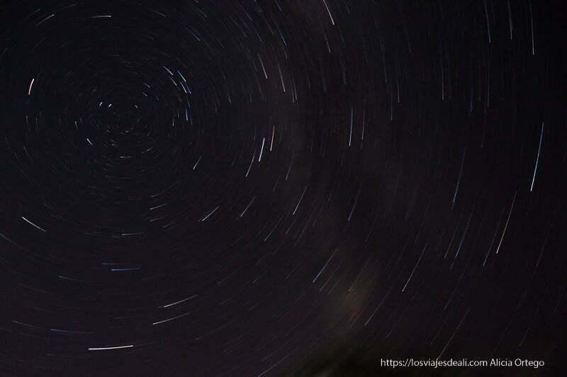 foto de trazas de estrellas en el cielo nocturno en círculos concéntricos