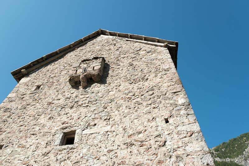torre kulla del valle de Theth vista desde abajo con una pequeña ventana