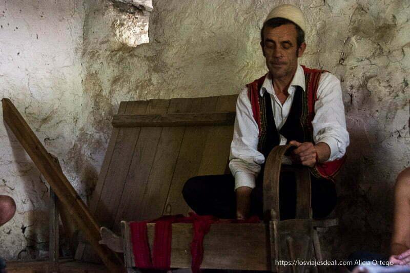 guía de la kulla de theth con gorro blanco de fieltro y chaleco negro y rojo