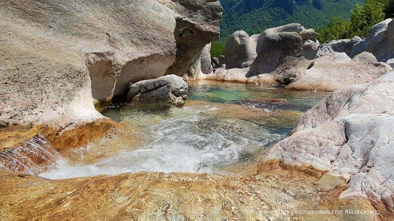 pozas con río de aguas cristalinas en el valle de theth