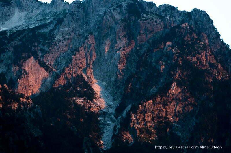 montañas coloreadas de rojo por sol poniente