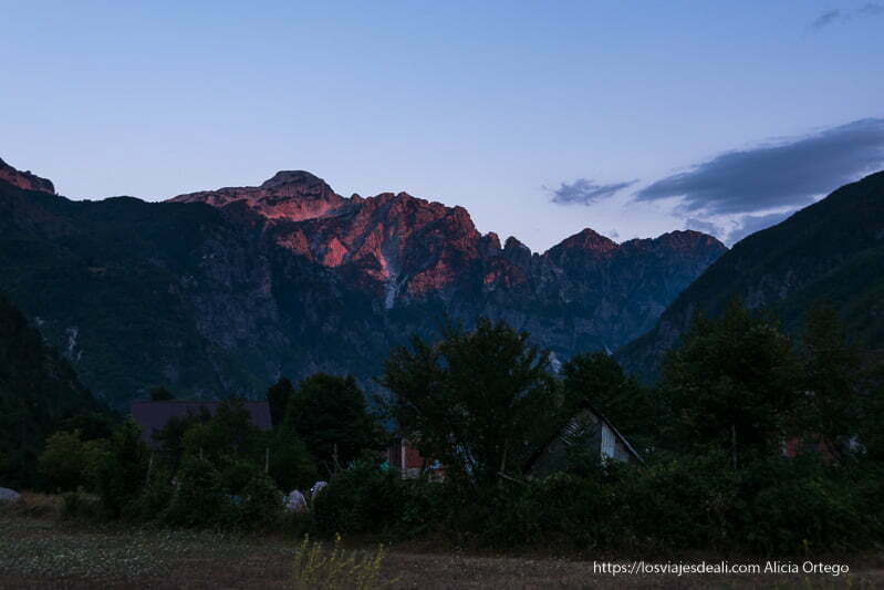 atardecer en valle de theth con montañas coloreadas de rojo oscuro
