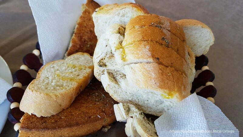 cesto de pan con aceite de oliva y orégano