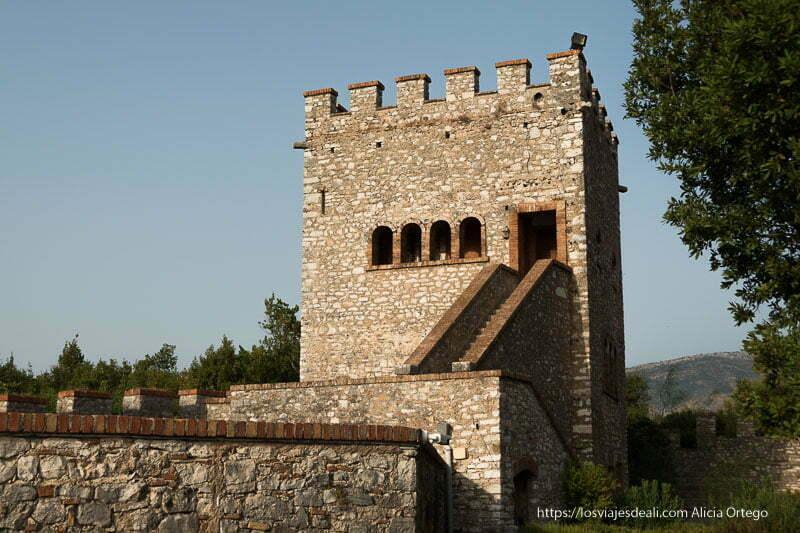 torre con almenas en piedra y ladrillo en la acrópolis de butrinto