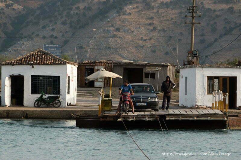 plataforma de mandera para cruzar el canal con motos y coches
