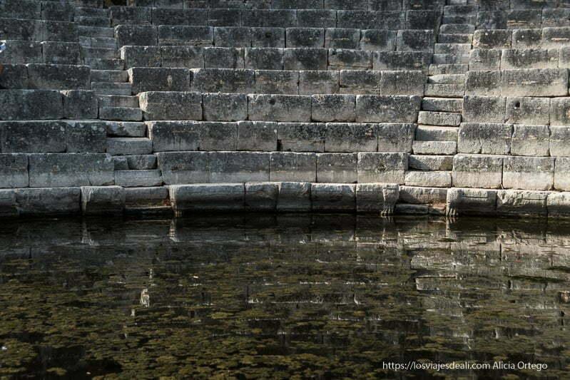 gradas del teatro antiguo reflejándose en la orquesta inundada