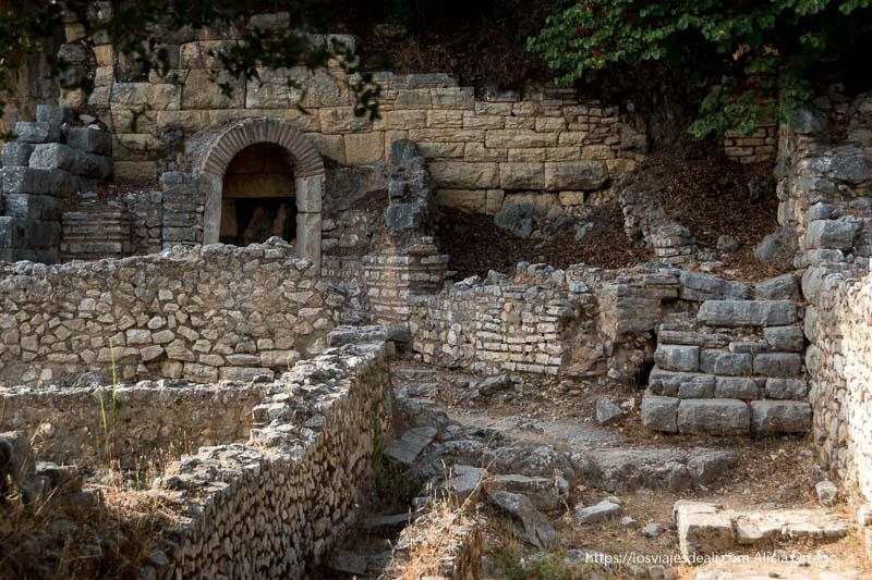 muros y escaleras de la antigua ágora de las ruinas de butrinto