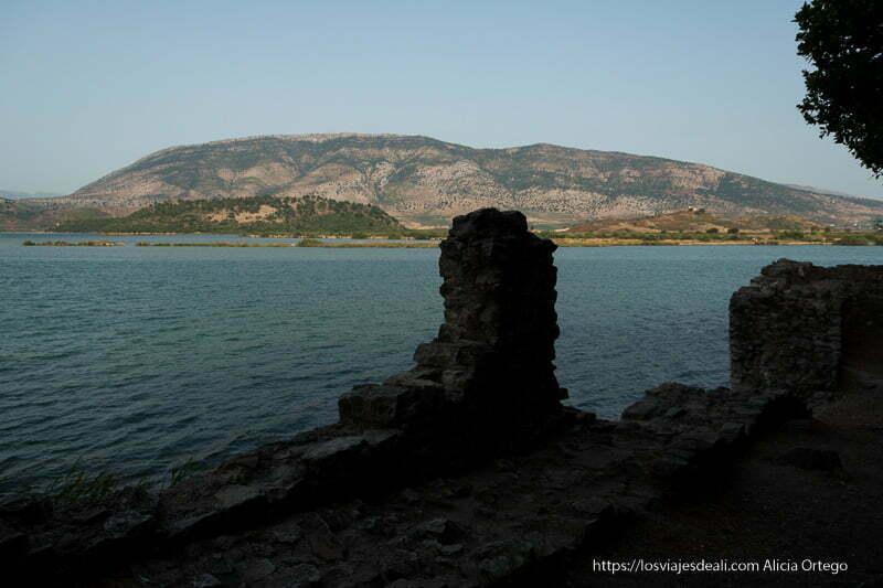 vista del lago desde las murallas al atardecer
