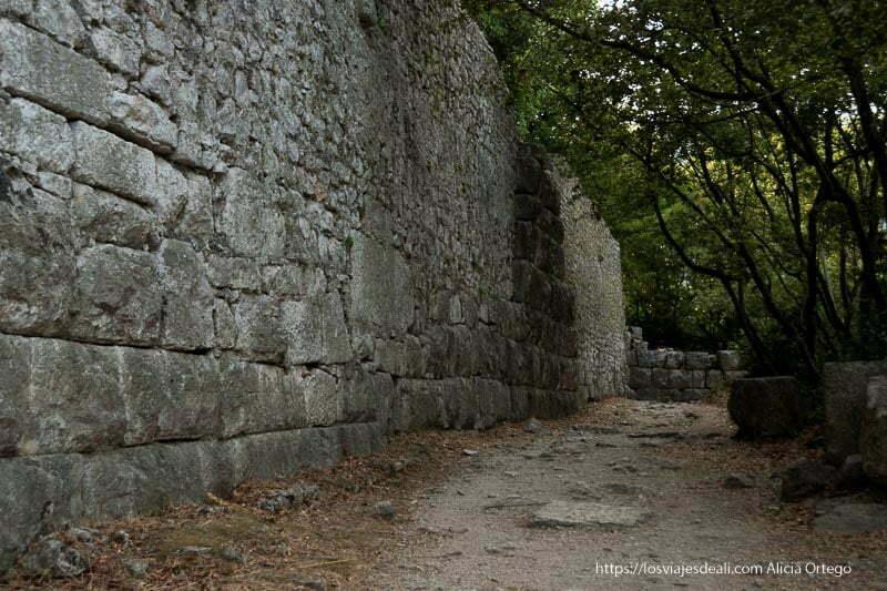 paseo junto a la gran muralla de butrinto con grandes piedras y vegetación