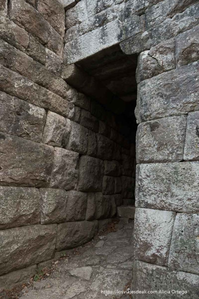 puerta del lago de la muralla de butrinto con grandes piedras unidas sin argamasa