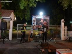 Policía cantando en favor de los niños