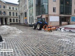 Tractores evitando la formación de hielo en las calles