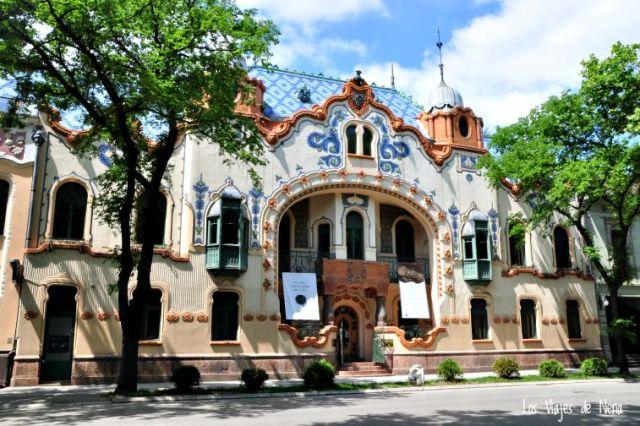 Este es el Palacio de la familia Ferenc Raichle. Aunque hoy funciona como museo y centro cultural, en sus inicios fue la vivienda de la familia. La entrada es gratuita. Además del estilo interior, se pueden ver fotografías tomadas durante la construcción.