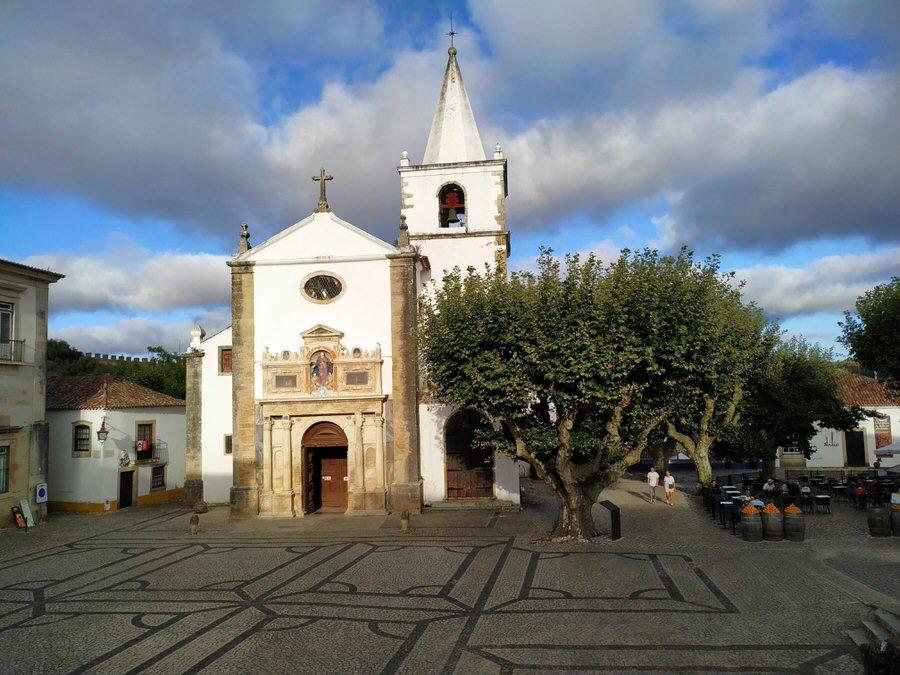 -Plaza de Santa María con la iglesia al fondo,Óbidos-