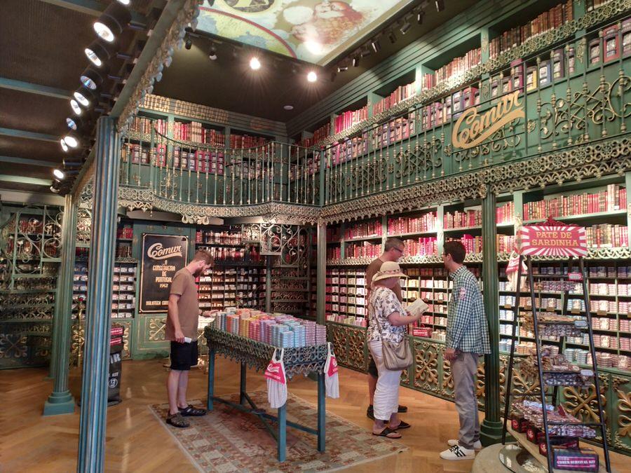 -Tienda de conservas cuyo escenario es una biblioteca,Óbidos-