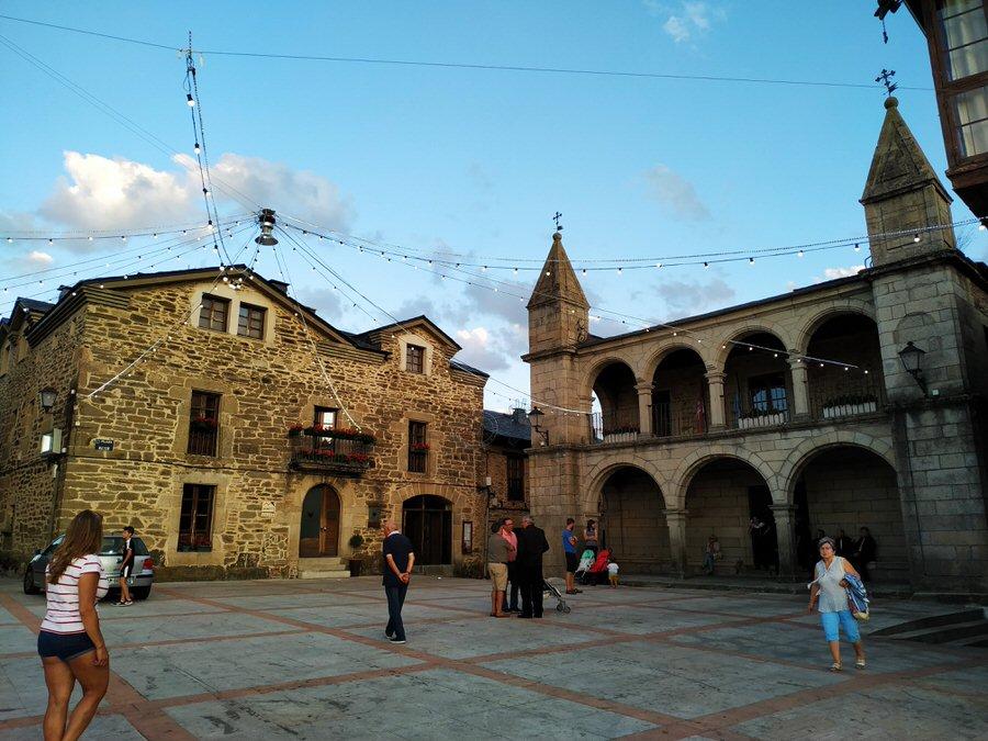 -Plaza mayor y Ayuntamiento en fiestas.Puebla de Sanabria-