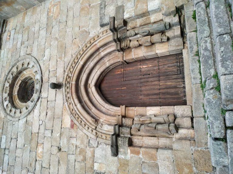-Detalles de la puerta de la Iglesia Nuestra Señora del Azogue.Puebla de Sanabria-