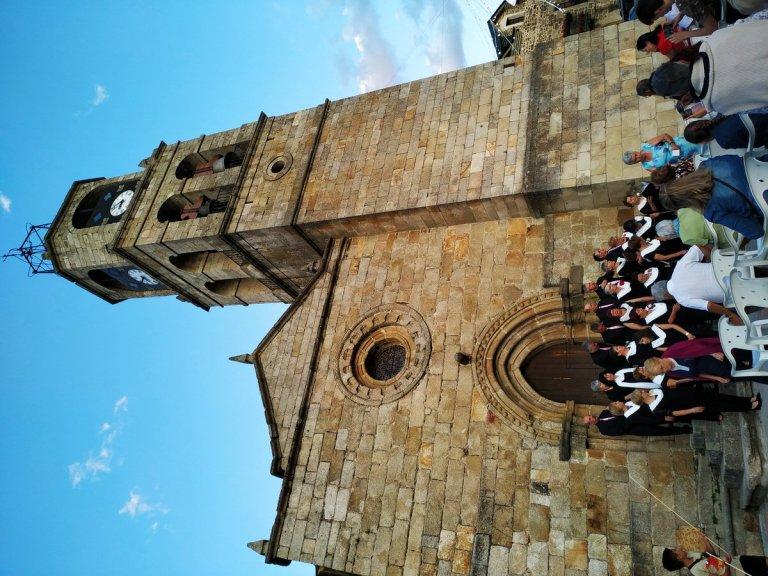 -Iglesia de Nuestra Señora del Azogue con un coro en fiestas.Puebla de Sanabria-