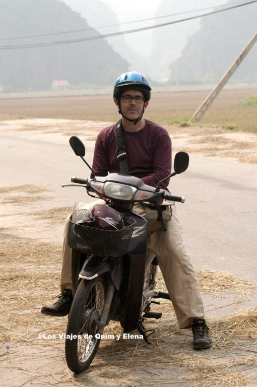 Quim en la moto en Tam Coc