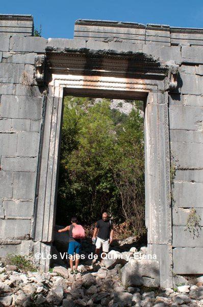 La imponente puerta de Olympos