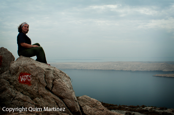 Elena con la Isla de Pag en el horizonte