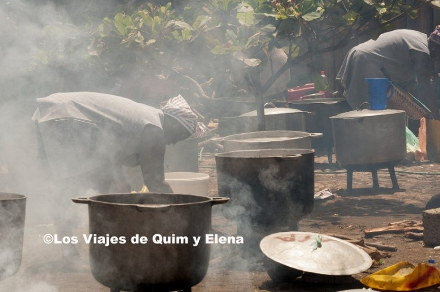 Preparando la comida en Cidade velha