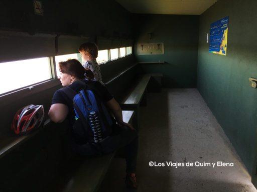 Elena y Éric observando aves en Empuriabrava, Girona, viajar con niños