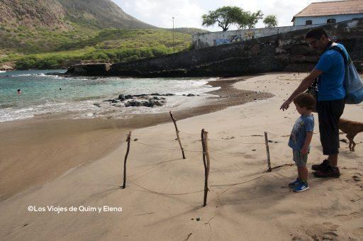Éric y Quim en Tarrafal viendo un nido de Tortugas, Cabo Verde