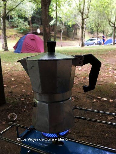 Preparando el café en el camping