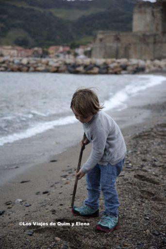 Éric investigando en la playa de Colliure