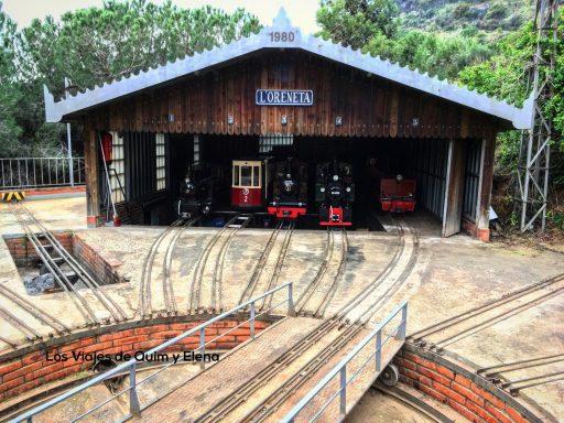 Los trenes para niños esperando su turno en el Parc de L'Oreneta
