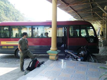 Quim estirando las piernas al lado del bus tortura. No ha pasado nada