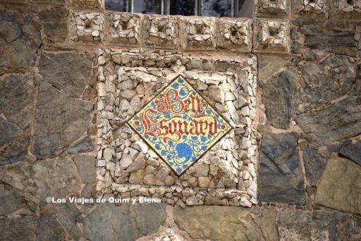 El nombre en la fachada de la Torre  Bellesguard
