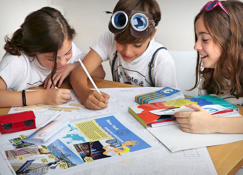 Niños pintando en el kit del explorador