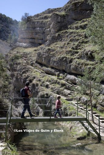 Éric y Quim cruzando oir una pasarela en el Barranco de la Hoz