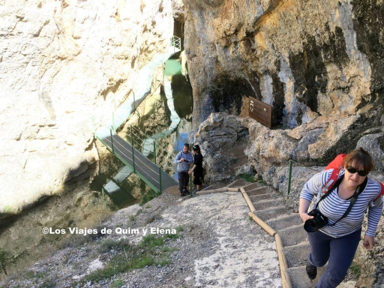 Elena subiendo escaleras