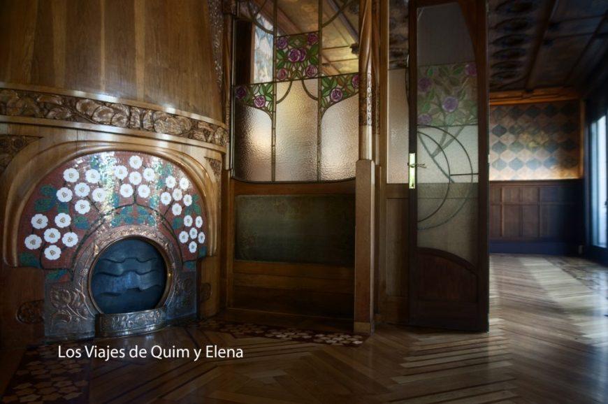 Chimenea entre dos ambientes en la casa Lleó i Morera