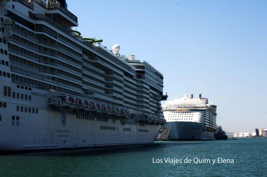 Grandes cruceros amarrados en el puerto de Barcelona