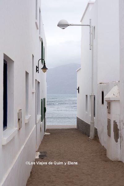 Una de las calles de Caleta de Famara
