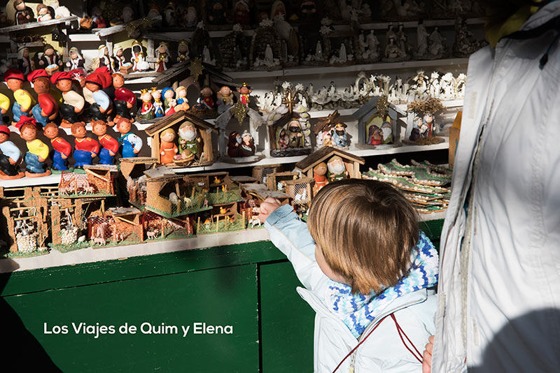 Éric disfrutando de las puestos de venta en los mercados navideños