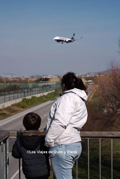 Éric y Elena observando un avión de Ryanair