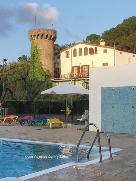 El edificio del restaurante desde la piscina