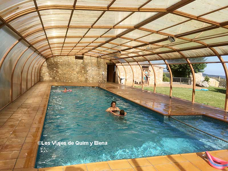 Elena y Éric disfrutando de la piscina en la Casa Rural en Canalda