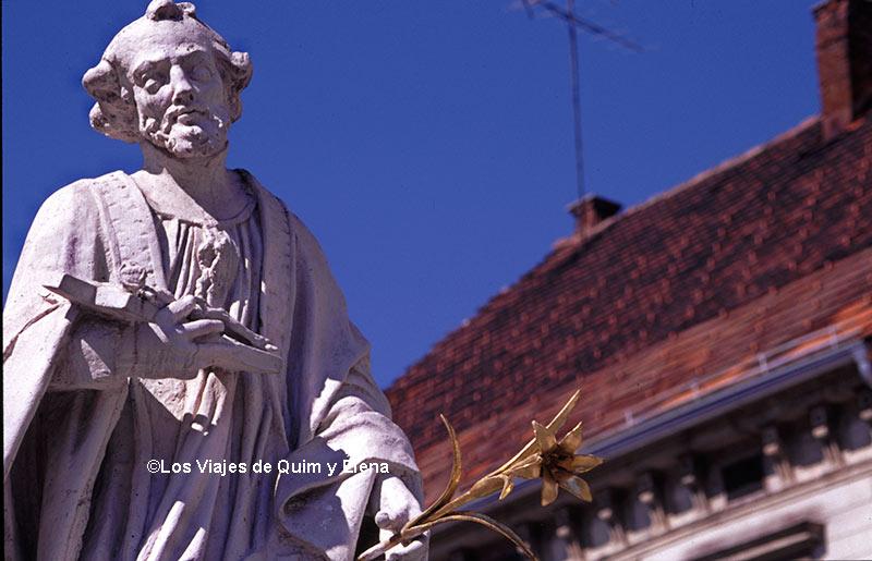 Plaza Glavni, Monumento a la Peste