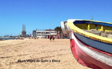 Barca de pescador en La playa en Badalona