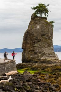 Visitors to Stanley park posing with a Canadian flag | LotsaSmiles Photography